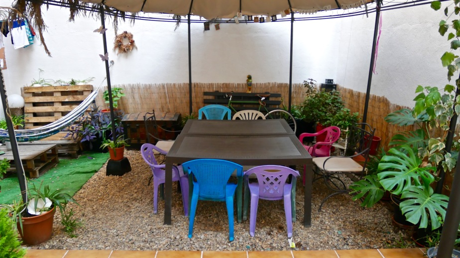 picnic-table-airbnb-patio